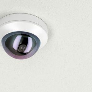 une caméra de vidéosurveillance dans un local